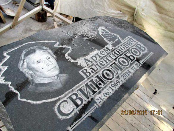 Процесс нанесения портрета на надгробную плиту