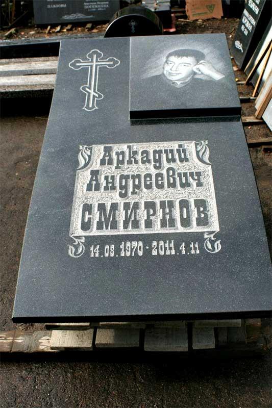 фото надгробной плиты из гранита сорта Габбро