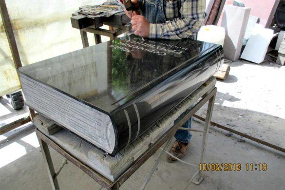 Фото процесса изготовления надгробной плиты в виде книги