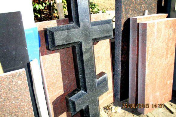 Памятник в виде креста на могилу из гранита