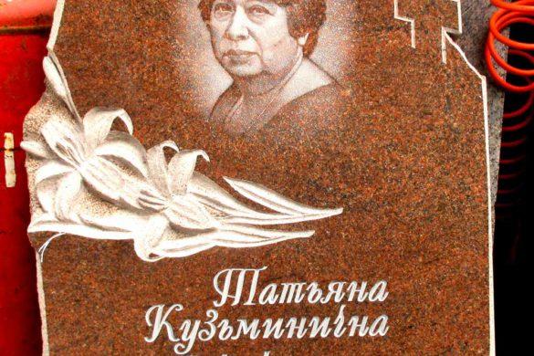 Памятник из красного гранита на могилу