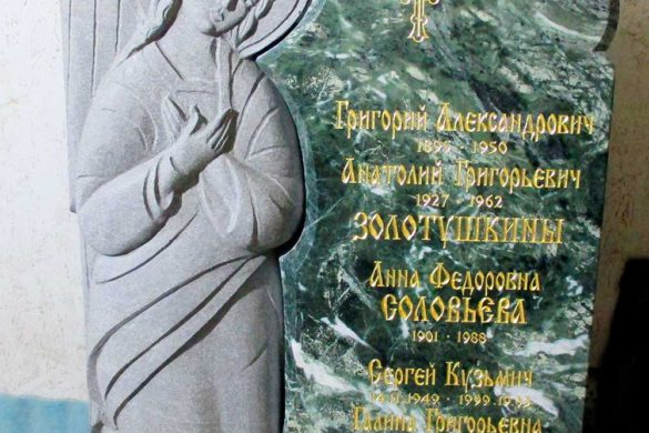 Памятник из зеленого гранита с ангелом