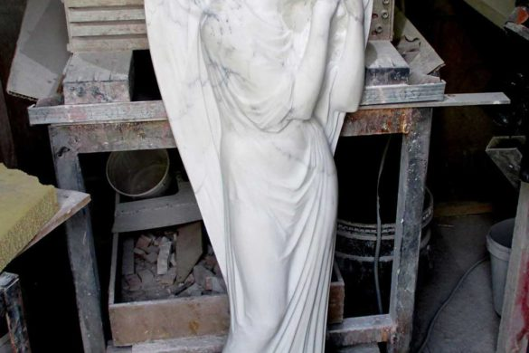 Гранитный памятник на могилу с мраморным ангелом